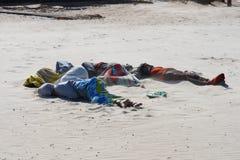 睡觉在海滩的人 库存照片