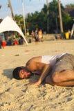 睡觉在海滩的背包徒步旅行者在满月党以后,泰国 库存图片