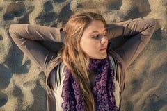 睡觉在海滩 图库摄影