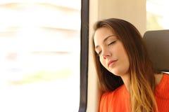 睡觉在火车里面的妇女在旅行期间 库存图片