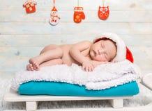 睡觉在爬犁轻便小床的赤裸新出生的婴孩 免版税库存图片