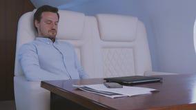 睡觉在私人喷气式飞机 股票录像