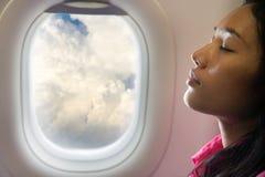 睡觉在空中飞机上的妇女 免版税库存照片