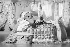 睡觉在篮子的新出生的婴孩在洗涤以后 免版税库存图片
