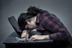 睡觉在膝上型计算机的被用尽的女实业家 库存照片