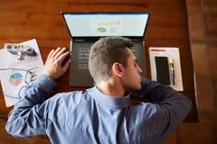 睡觉在膝上型计算机键盘的疲乏的被用尽的商人顶视图在工作场所 英俊的劳累过度的自由职业者人 库存照片