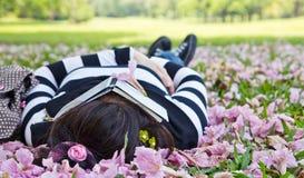 亚洲妇女睡觉 免版税库存图片