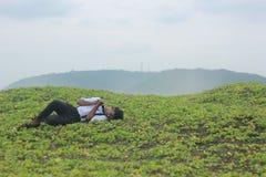 睡觉在草的十几岁的男孩 免版税图库摄影