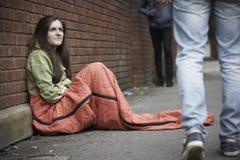 睡觉在街道上的脆弱的十几岁的女孩 免版税库存图片