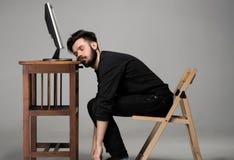 睡觉在计算机上的商人 免版税库存照片
