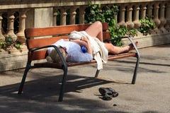 睡觉在长凳的妇女 免版税图库摄影