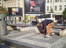 睡觉在长凳的醉酒的流浪汉在瓦茨拉夫广场 库存图片