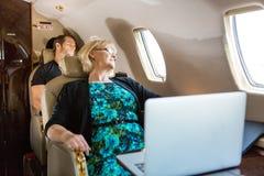 睡觉在飞机上的商人 库存照片