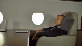 睡觉在飞机上的疲乏的商人 股票录像