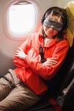 睡觉在飞机的妇女,当旅行时 免版税库存图片