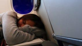 睡觉在飞机的疲乏的非离子活性剂女孩 影视素材