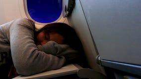 睡觉在飞机的疲乏的非离子活性剂女孩 股票录像