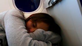 睡觉在飞机的疲乏的非离子活性剂女孩 股票视频