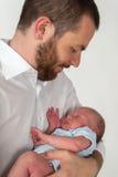 睡觉在他的父亲的胳膊的婴孩 库存照片