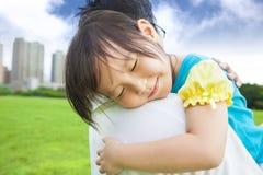 睡觉在他的父亲肩膀的小女孩 免版税图库摄影