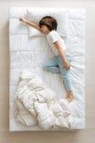 睡觉在滑稽的姿势的光芒四射的好人 库存照片
