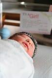 睡觉在医院小儿床的新生儿女孩 免版税库存图片