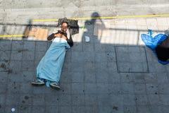 睡觉在Keleti火车站的搁浅的难民在布达佩斯 免版税库存照片