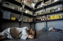 睡觉在SOUQ市场上的中东叙利亚阿勒颇老镇孩子 免版税库存照片