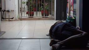 睡觉外面在街道上的无家可归的人 股票录像
