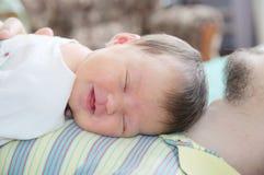 睡觉新出生的婴孩愉快微笑的画象说谎 图库摄影
