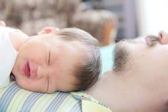 睡觉新出生的婴孩愉快的微笑的画象 免版税图库摄影