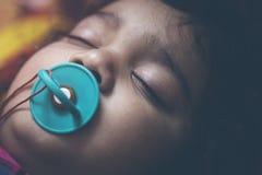 睡觉本质上与乳头的小孩婴孩 库存图片