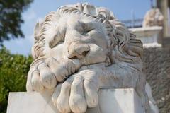 睡觉狮子的大理石雕塑 免版税库存照片