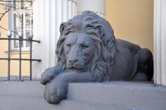 睡觉狮子的雕塑-入装饰,莫斯科,俄罗斯 免版税库存照片