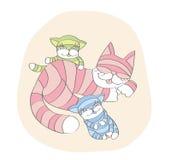 睡觉猫的妈妈和演奏小猫 免版税库存照片