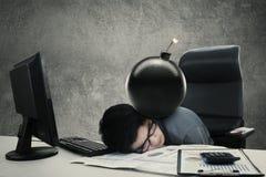 睡觉用炸弹的疲乏的工作者 免版税库存照片