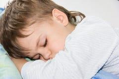 睡觉男孩儿子健康睡眠休息 免版税库存照片