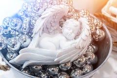 睡觉白色天使关闭  圣诞节,新年装饰 免版税库存照片