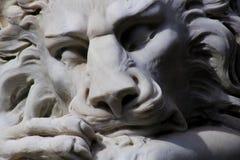 睡觉白色狮子雕象 免版税库存图片