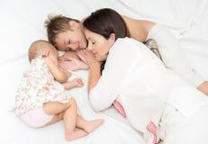 睡觉的四口之家 免版税库存照片