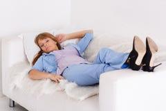 睡觉的女商人 免版税库存照片
