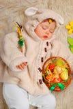 睡觉的女婴当复活节绵羊 免版税库存照片