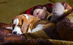 睡觉的妇女和它的狗 免版税图库摄影