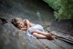 睡觉的小女孩画象在森林里 图库摄影