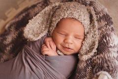 睡觉的新出生的男孩 库存照片
