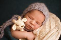 睡觉的新出生的男孩 免版税库存照片