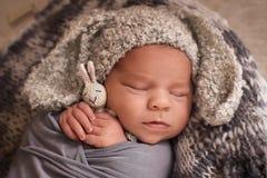 睡觉的新出生的男孩 免版税图库摄影