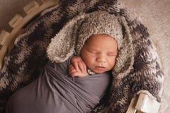睡觉的新出生的男孩 免版税库存图片