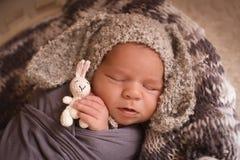 睡觉的新出生的男孩 图库摄影