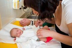 睡觉的新出生的婴孩在医院 免版税库存照片